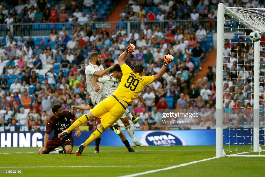 Karim Benzema of Real Madrid scores the opening goal during the Trofeo Santiago Bernabeu match between Real Madrid and AC Milan at Estadio Santiago Bernabeu on August 11, 2018 in Madrid, Spain.