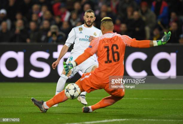 Karim Benzema of Real Madrid shoots past Alphonse Areola of PSG but misses during the UEFA Champions League Round of 16 Second Leg match between...