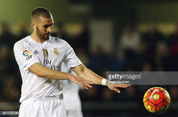 Karim Benzema of Real Madrid throws the ball during the La Liga match between Villarreal CF and Real Madrid CF at El Madrigal on December 13 2015 in...