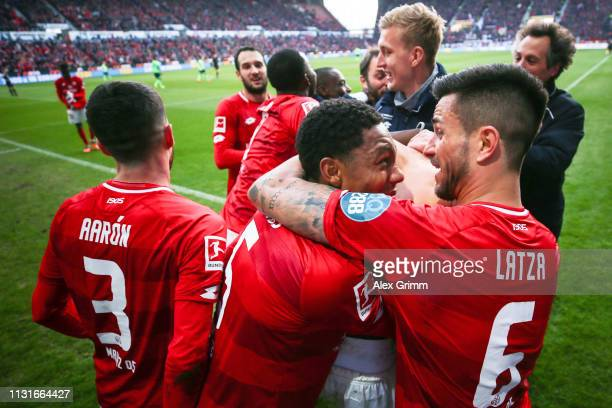 Karim Onisiwo of Mainz celebrates his team's third goal with team mates during the Bundesliga match between 1 FSV Mainz 05 and FC Schalke 04 at Opel...
