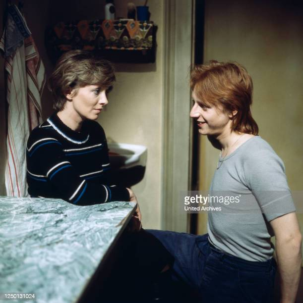 Karin Anselm als Psychologin Frau Brocker unterhält sich mit Martin Semmelrogge in Block 7: Eingeliefert zur Vollstreckung, Regie: Hartmut Griesmayr,...