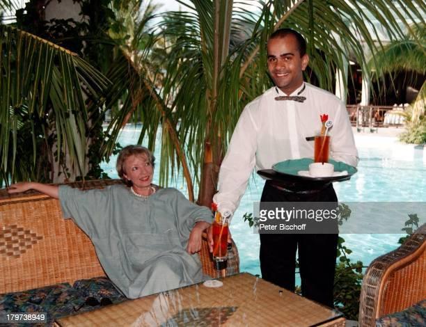 """Karin Anselm am Pool des 5-Sterne-Hotels """"Le Paradis"""", im Südwesten von Mauritius, Urlaub, Dreharbeiten zur ZDF-Serie """"Der Mond scheint auch für..."""