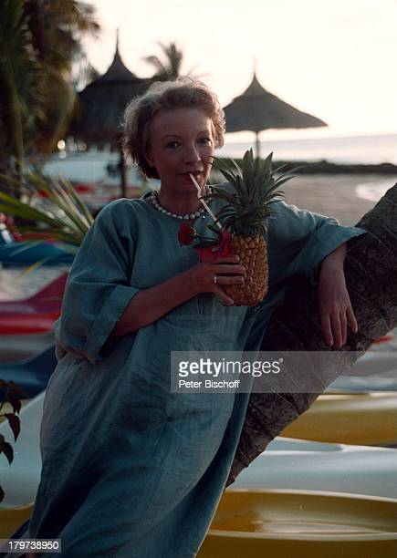 """Karin Anselm , im Südwesten von Mauritius, Urlaub, Dreharbeiten zur ZDF-Serie """"Der Mond scheibt auch für Untermitter"""", Cokctail, Glas, Getränk,..."""