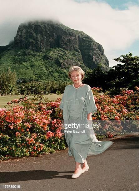 """Karin Anselm, im Südwesten von Mauritius, Urlaub, Dreharbeiten zur ZDF-Serie """"Der Mond scheint auch für Untermitter"""", Berg, Blumen, Schauspielerin,..."""