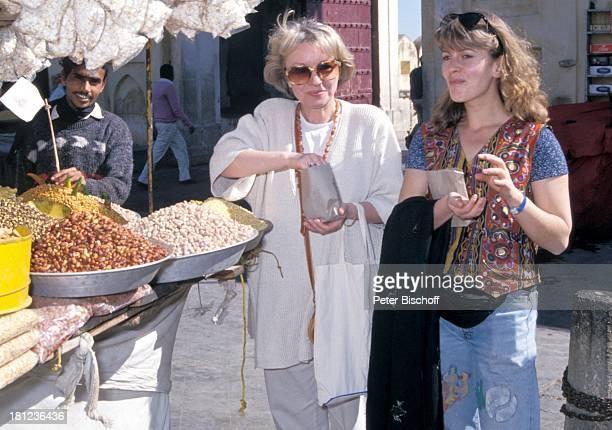"""Karin Anselm, Karin Thaler, , neben den Dreharbeiten zur ZDF-Reihe """"Traumschiff"""", Folge 22, """"Indien/Malediven"""", , Amber/Indien/Asien, , Markt, Nüsse,..."""