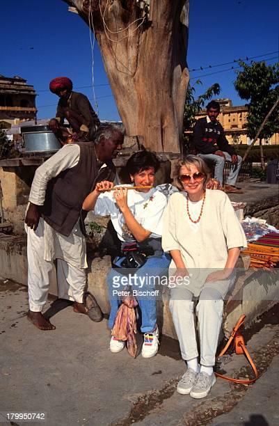 """Karin Anselm , Olivia Silhavy, einheimischer Strassenverkäufer, Dreharbeiten zur ZDF-Reihe """"Traumschiff"""", 22. Folge """"Indien/Malediven"""", Amber,..."""