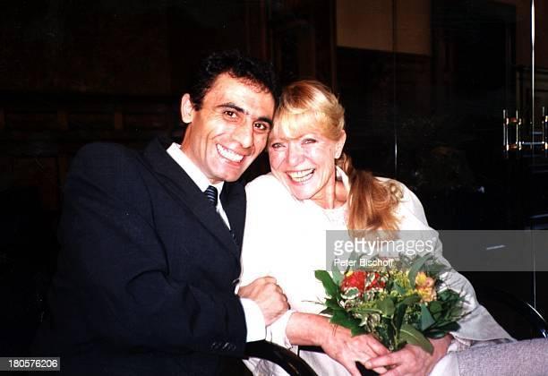 Karin Baal, Ehemann Cevdet Celik, Hochzeit, Charlottenburg, Berlin, Deutschland, Europa,;Standesamt, Braut, Bräutigam, lachen,;Blumen-Strauß,...