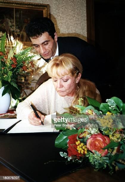 Karin Baal, Ehemann Cevdet Celik, Hochzeit, Charlottenburg, Berlin, Deutschland, Europa,;Standesamt, Braut, Bräutigam, Ehe-Vertrag, unterschreiben,...