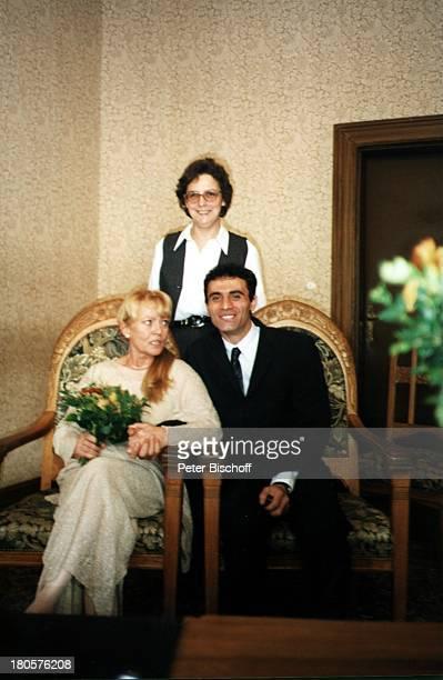 Karin Baal, Ehemann Cevdet Celik, Standesbeamtin , Hochzeit, Charlottenburg, Berlin, Deutschland, Europa,;Standesamt, Braut, Bräutigam,...