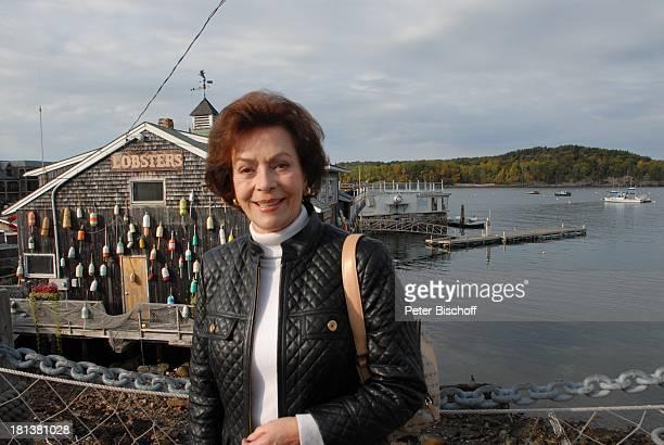 Karin Dor ZDFReihe Traumschiff Folge 62 Indian Summer vor LobsterRestaurant Bar Harbor Insel Mount Desert Maine USA Nordamerika Urlaub Schauspielerin