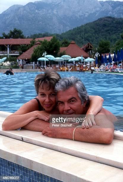 'Karin Frost Ehemann Claus Wilcke beim Schwimmen im SwimmingPool beim Urlaub im ''Club Aldiana'' am in Kemer Türkei '
