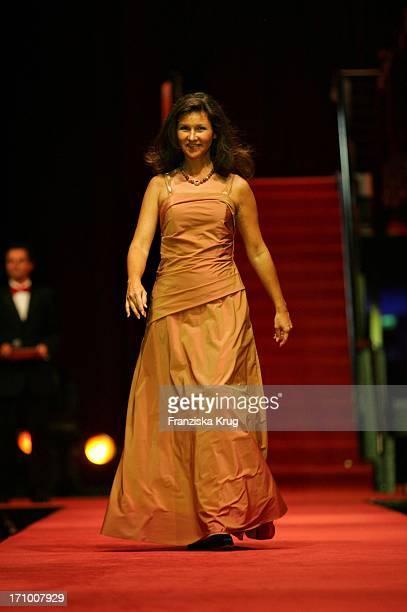 Karin Schubert Modelt Bei Der Gala Modenschau In Der Bmw Niederlassung In Nürnberg