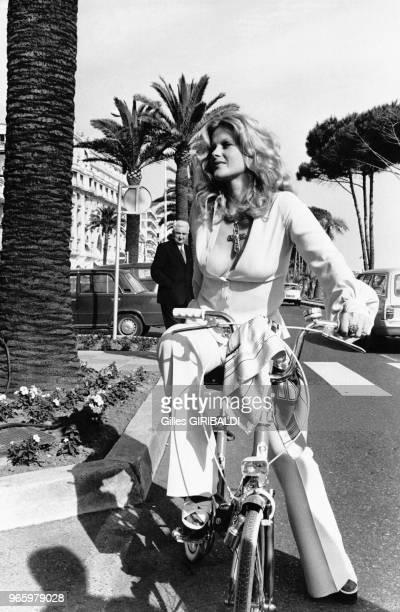 Karin Schubert sur un vélo le 22 mai 1973 au festival de Cannes, France.