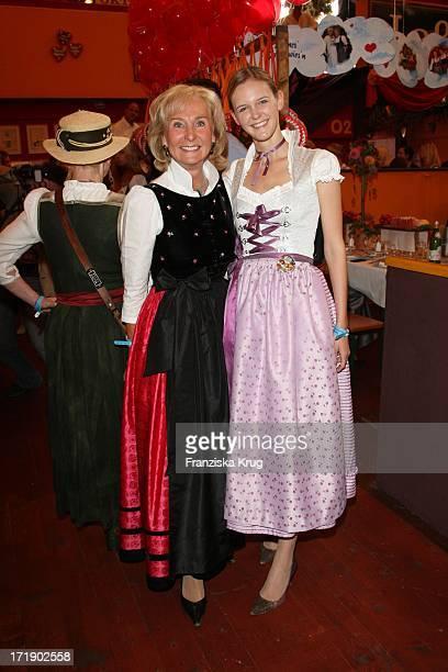 Karin Stoiber Und Schwiegertochter Antje Katrin Kühnemann Bei Der R Sixt 'Damenwies'N' Im Hippodrom Auf Dem Oktoberfest In München