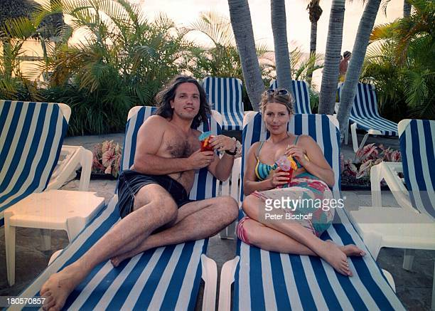 Karin Thaler Ehemann Milos MalesevicZDFSerie Unser Charly Folge Flipperder Retter Key Largo/Florida/USAMariottHotel SwimmingPoolLiegestuhl nach den...
