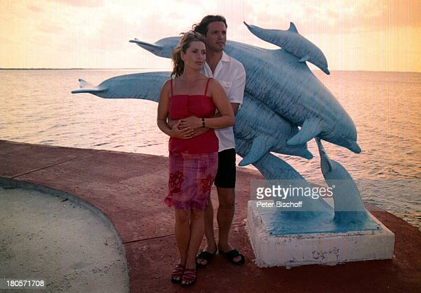 Karin Thaler Ehemann Milos MalesevicZDFSerie Unser Charly Folge Flipperder Retter Key Largo/Florida/USADelfinStatue nach den Dreharbeitenumarmen Meer...