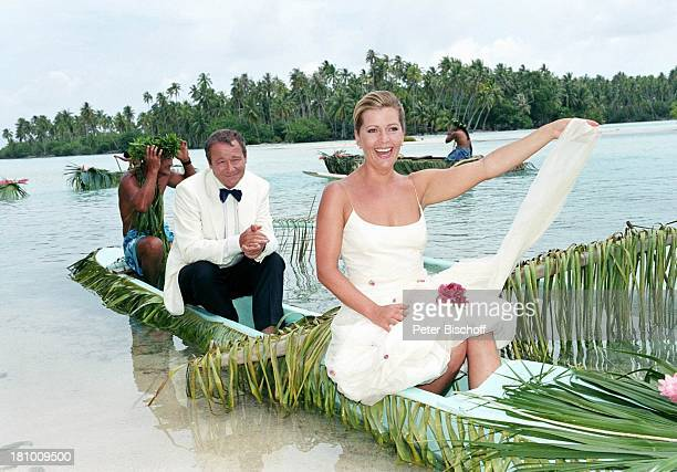 Karin Thaler Erich Hallhuber jun Einheimischer Dreharbeiten zur ZDFReihe Traumschiff Folge 45 BoraBora Südsee Polynesien/Südsee Meer Boot Palmen...