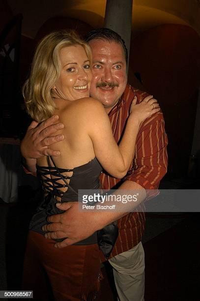 Karin Thaler Joseph Hannesschläger Filmfest München 2004 Bavaria Empfang Künstlerhaus München Schauspieler Schauspielerin umarmen Promi Promis...