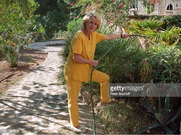 Karin TietzeLudwig Moreira bei Alicante/Spanien Prod 017/1998 Garten Gatenarbeit Pflanzen giessen Urlaub Villa Homestory Ferienvilla Lottofee