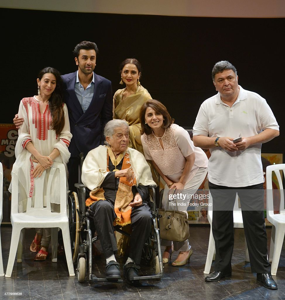 Karishma Kapoor Ranbir Kapoor Rekha Neetu Kapoor and Rishi Kapoor with Shashi Kapoor at the Dadasaheb Phalke Awards where the latter was hounered for.