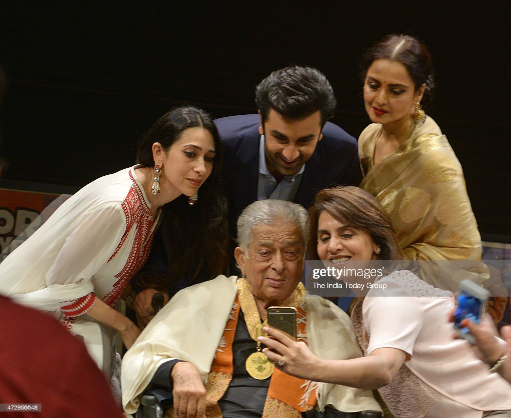 Karishma Kapoor Ranbir Kapoor Rekha Neetu Kapoor with Shashi Kapoor at the Dadasaheb Phalke Awards where the latter was hounered for his contribution.