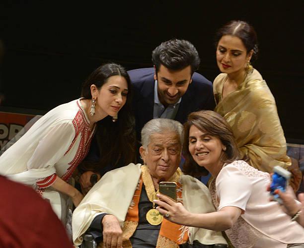 Karishma Kapoor Ranbir Kapoor Rekha Neetu Kapoor with Shashi Kapoor at the Dadasaheb Phalke Awards where the latter was hounered for his contribution.