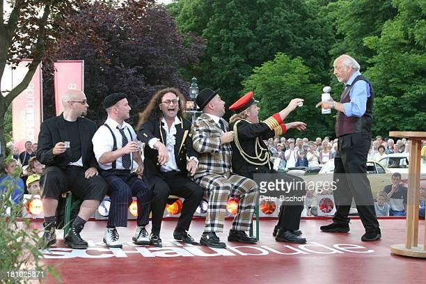 Karl Dall Berliner Musikgruppe Ungelenk NDRShow Aktuelle Schaubude Sommertour 2003 in Otterndorf Norddeutschland Verkleidung Uniform Komiker Auftritt...