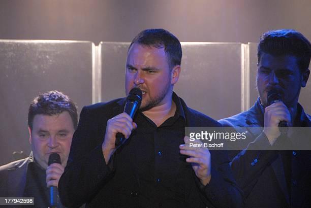 Karl Davies und weitere Mitglieder der Gesangsgruppe '12 Tenors' Konzert TipiZelt am Kanzleramt Berlin Deutschland Europa Auftritt Bühne Mikro singen...