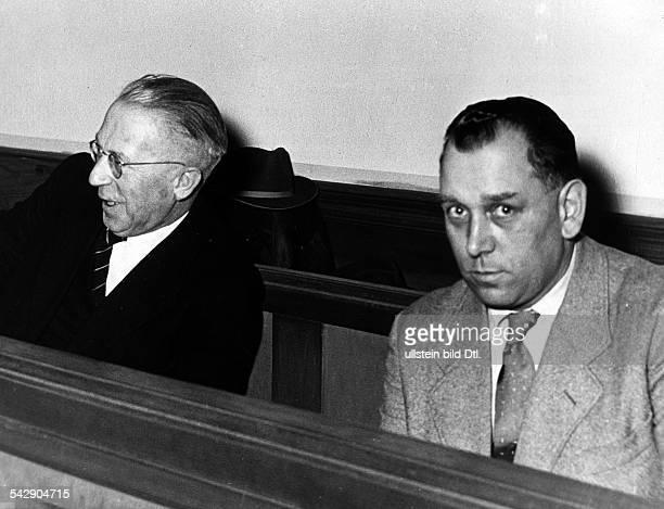 Karl Friedrich Nöll und Emil Zimber sitzen auf der Anklagebank vor dem Schwurgericht in Darmstadt Sie sind wegen der Erschießung von Juden im 2...