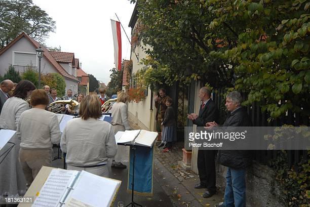 Karl Graf zu Castell-Rüdenhausen mit Prinzessin Cornelia Cecilie von Preussen , Blaskapelle Altmannshausen, weitere Geburtstagsgäste ,...