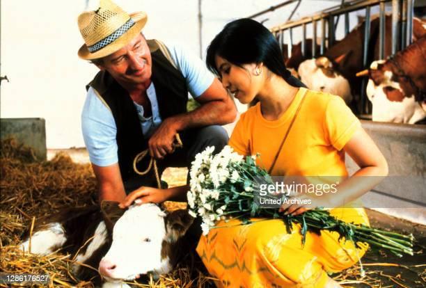 Karl Gschwendner, der Ortsbauer, hat seine Freude daran, Vasana herumzuführen... SEPP SCHAUER - Ortsbauer YUPHARET GREGER - Vasana Regie: Erich...