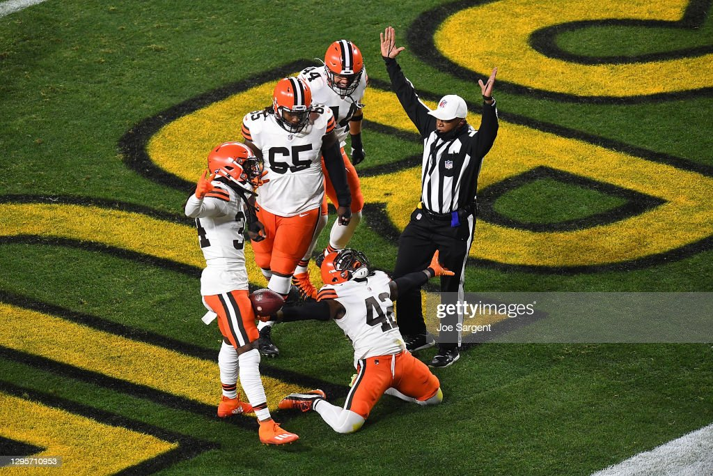 Wild Card Round - Cleveland Browns v Pittsburgh Steelers : News Photo