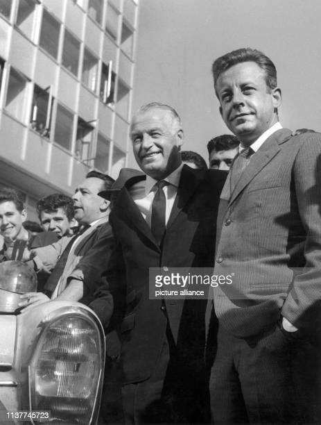 Karl Kling und Rainer Günzler nach ihrem Sieg bei der AfrikaRallye am in Stuttgart Sie wurden von den MercedesMitarbeitern in Untertürkheim herzlich...