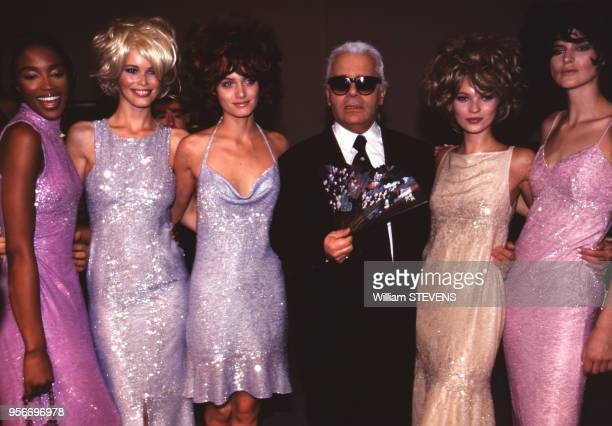 Karl Lagerfeld entouré de Naomi Campbell Claudia Schiffer Kate Moss Stella Tennant dans les coulisses du défilé Chanel PrêtàPorter PrintempsEté 96/97...