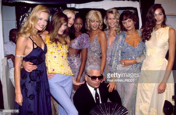 Karl Lagerfeld entouré de top models Karen Mulder Carla Bruni Nadja Auermann Naomi Campbell Linda Evangelista Claudia Schiffer et Helena Christensen...