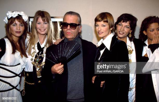 Karl Lagerfeld entouré des top models Helena Christensen Claudia Schiffer Linda Evangelista et Yasmeen pour le défilé Chanel en mars 1993 à Paris...