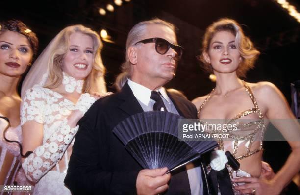 Karl Lagerfeld entouré d'Helena Christensen Claudia Schiffer et Cindy Crawford lors du défilé haute couture de Chanel en janvier 1993 à Paris France