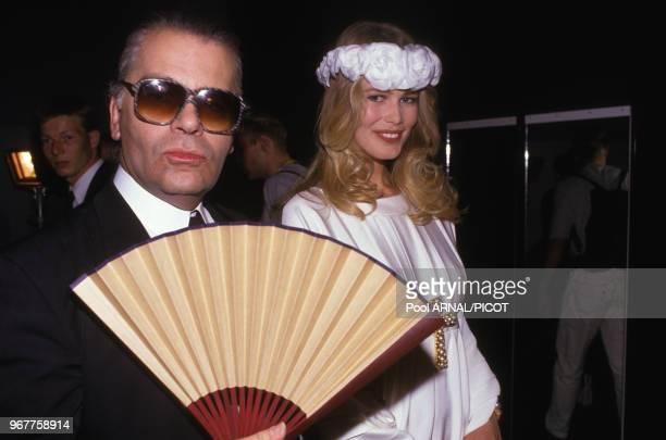 Karl Lagerfeld et Claudia Schiffer lors du défilé Chanel collection hautecouture autome/hiver 90 Paris le 24 juillet 1990 France