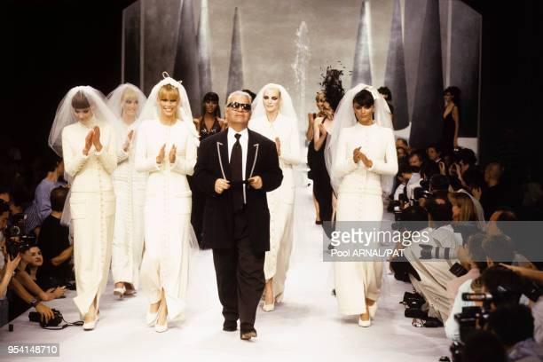 Karl Lagerfeld et ses mannequins lors du défilé Chanel HauteCouture collection AutomneHiver 199596 à Paris en juillet 1995 France