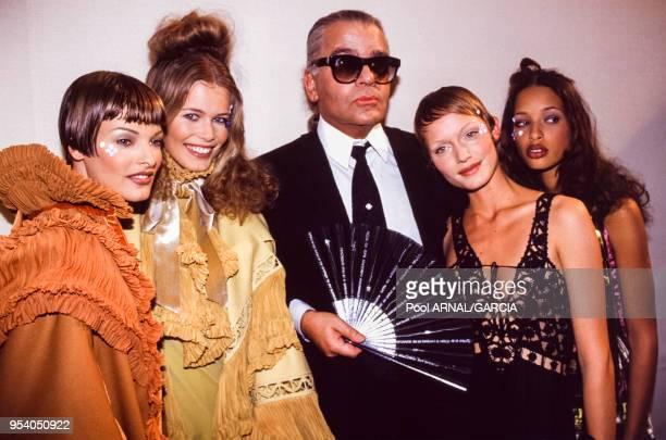 Karl Lagerfeld Linda Evangelista et Claudia Schiffer lors du défilé du couturier PrêtàPorter collection AutomneHiver 199394 à Paris en mars 1993...