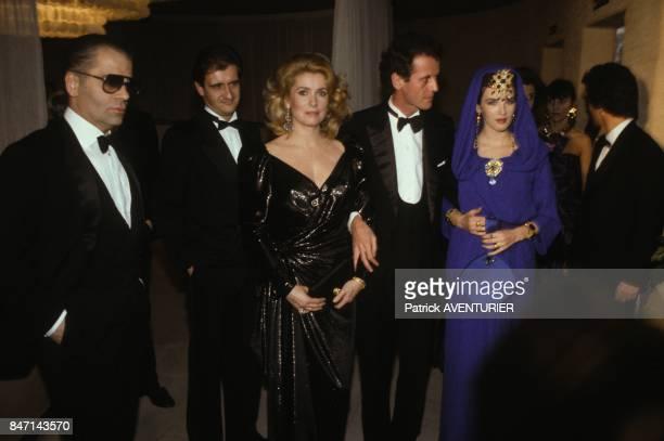Karl Lagerfeld Pierre Lescure Catherine Deneuve Jacques Grange et Isabelle Adjani a la premiere du film de Luc Besson 'Subway' avec Isabelle Adjani...