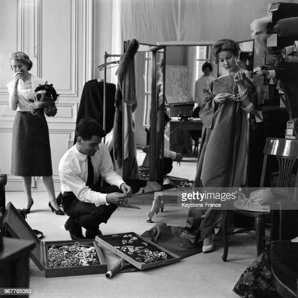 Karl Lagerfeld styliste de mode chez Jean Patou faisant des essayages sur un mannequin à Paris France le 21 juillet 1958