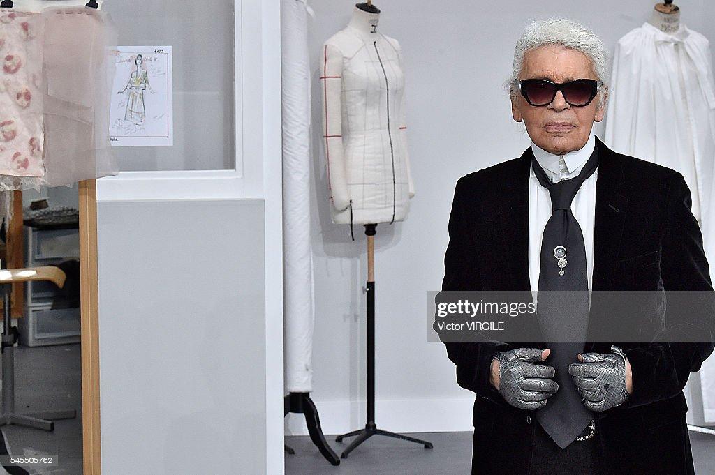Chanel : Runway - Paris Fashion Week - Haute Couture Fall/Winter 2016-2017 : Fotografía de noticias