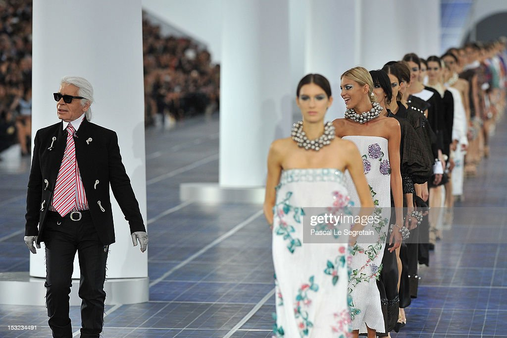 Chanel: Runway - Paris Fashion Week Womenswear Spring / Summer 2013 : Fotografía de noticias