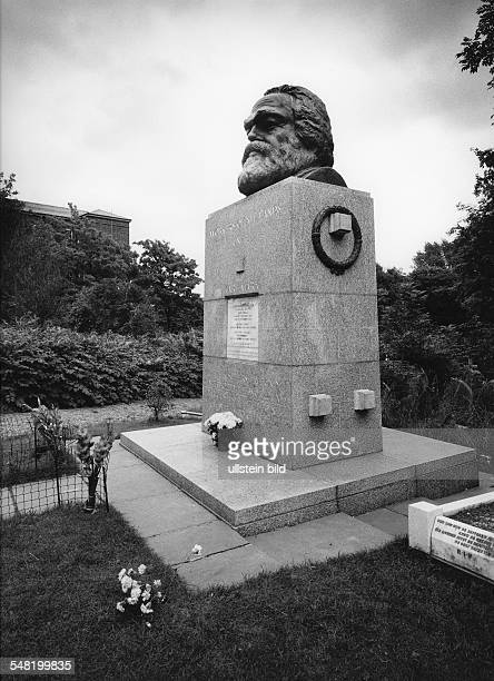 Karl Marx *0505181814031883 Philosopher political economist Germany Karl Marx's Tomb at Highgate Cemetery in London undated probably 1980...