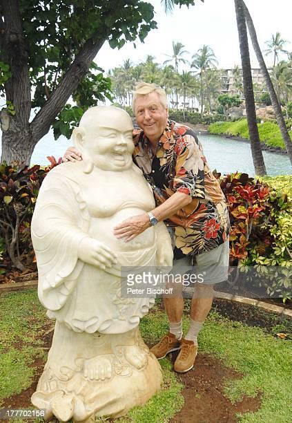 Karl Moik Ausflug HotelAnlage 'Hilton Waikoloa Village' Kona Hawaii USA Amerika BuddhaFigur umarmen Bauch reiben Wasser Fluss Moderator