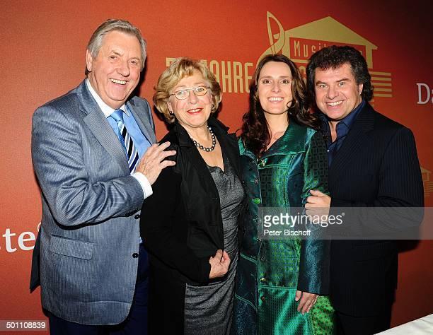 Karl Moik mit Ehefrau Edith Andy Borg mit Ehefrau Birgit PK zu 30 Jahre Musikantenstadl Vinorant München Bayern Deutschland Europa 30jähriges...