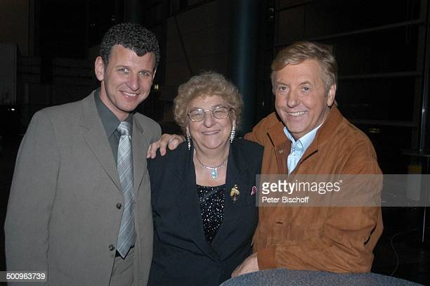 Karl Moik Semino Rossi mit Mutter Esther Rossi nach der ARDMusikShow Musikantenstadl Bremen Stadthalle Backstage Verabschiedung Abschied...