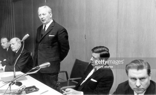 Karl Theodor Freiherr von und zu Guttenberg , Ernst Schellenberg , Bundeskanzler Kurt Georg Kiesinger , Helmut Schmidt und Heinz Frehsee ....