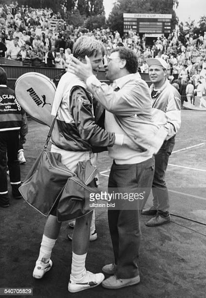 KarlHeinz Becker umarmt nach Spielende seinen Sohn Boris Becker Beim Daviscup Deutschland gegen USA gewann die deutsche Mannschaft mit 3 2 Becker...